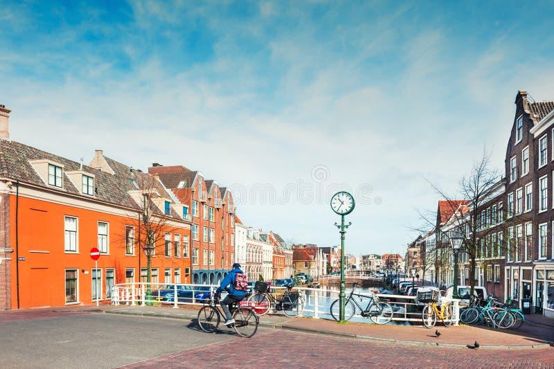 Szenischer Kanal in Leiden, die Niederlande stockbilder