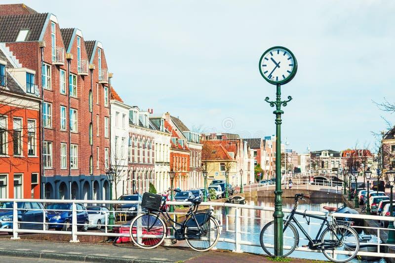 Szenischer Kanal in Leiden, die Niederlande stockfotografie