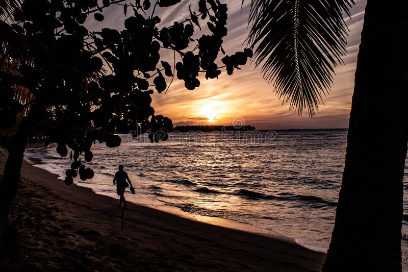Szenischer karibischer Sonnenuntergang in Las Terrenas, Dominikanische Republik lizenzfreie stockfotografie