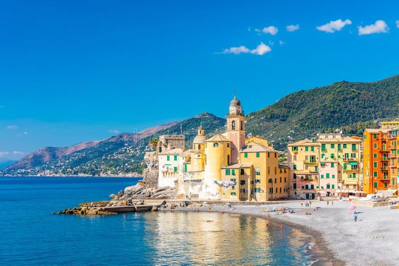Szenischer Mittelmeer-Riviera-Küste Panoramablick von Camogli-Stadt in Ligurien, Italien Basilika von Santa Maria Assunta und bun lizenzfreies stockbild