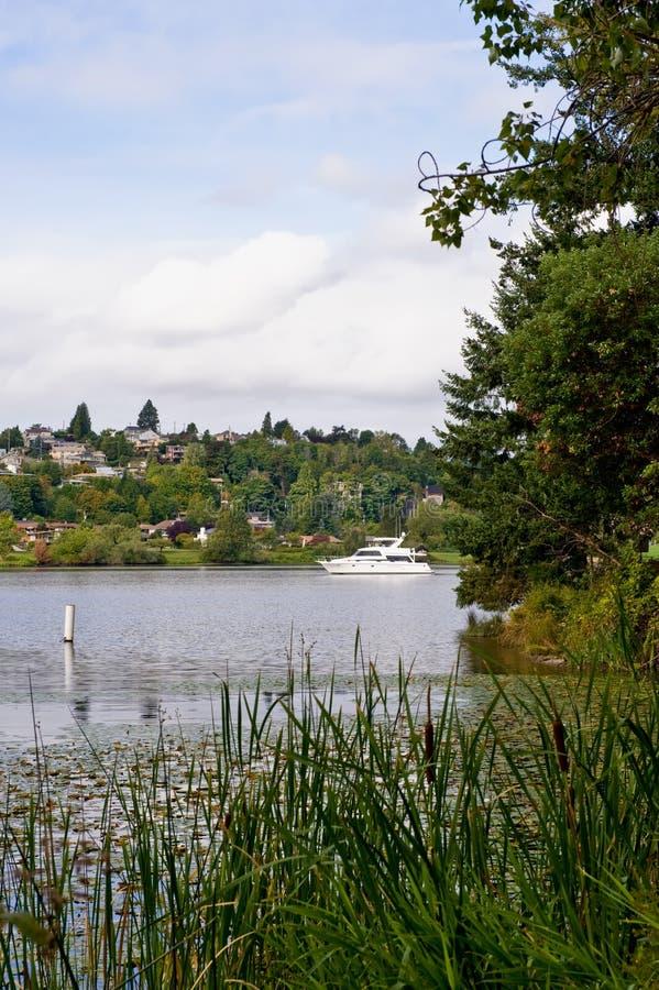 Szenischer See durch Seattle stockfotos