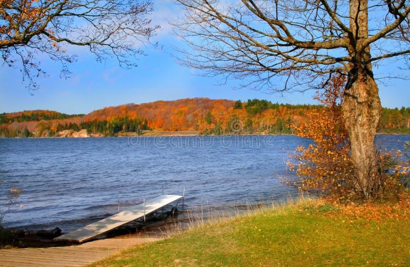 Szenischer See während des Herbstes lizenzfreies stockbild