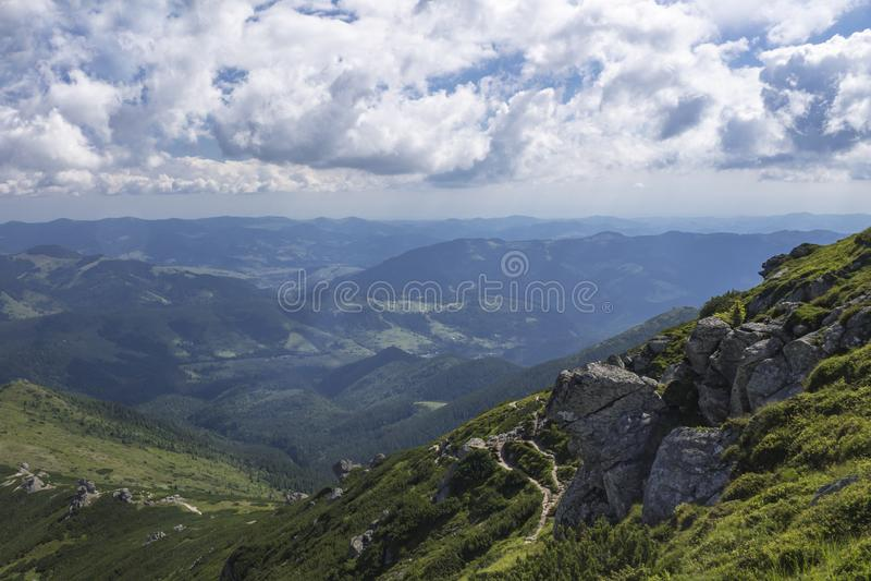 Szenischer SommerMountain View mit bew?lktem Himmel karpaten lizenzfreies stockfoto