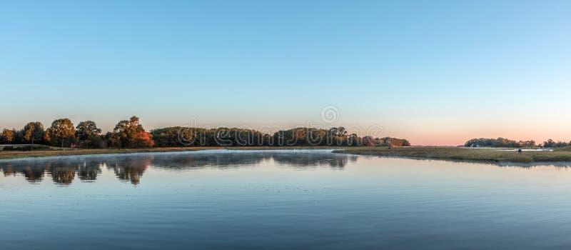 Szenischer Sonnenaufgang an den Kanälen in Essex stockbild