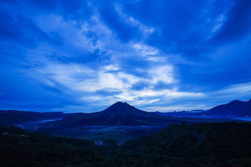 Szenischer Sonnenaufgang und Nebel an Batur-Vulkan, Kintamani, Bali, Indon lizenzfreies stockbild