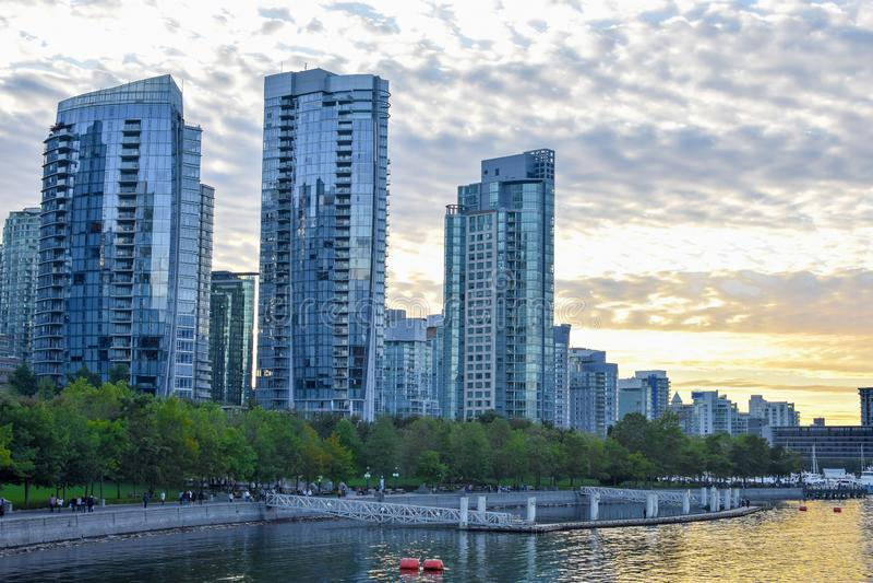 Szenischer Sonnenuntergang hinter den Skylinen in der Ufergegend in im Stadtzentrum gelegenem Vancouver stockbild