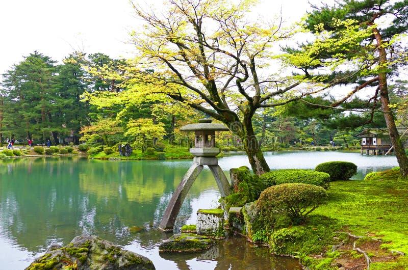 Szenischer traditioneller japanischer Garten Kenrokuen in Kanazawa, Japan im Sommer stockfotografie