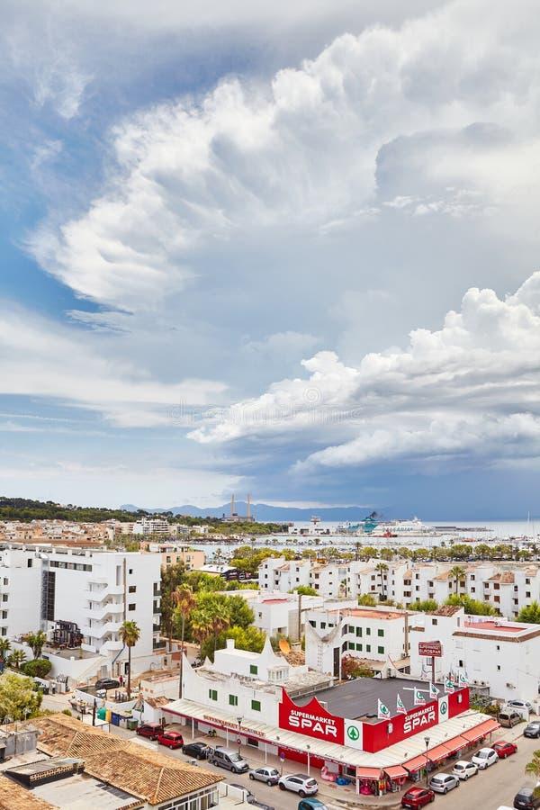 Szenisches cloudscape über der Stadt, bekannt für seine ruhigen Fremdenverkehrsorts und eine schöne Küstenlinie stockbild