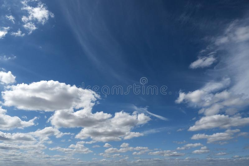 Szenisches ruhiges spärliches der Cloudscape-Himmelblau-Hintergrundnatur-Luft lizenzfreie stockfotografie