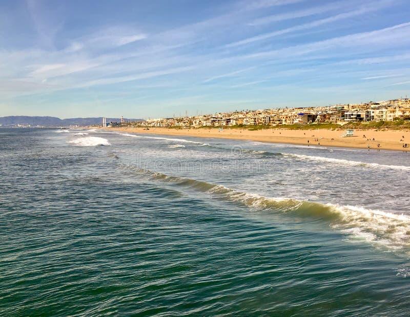 Szenisches Süd-Kalifornien mit strandnahen Häusern auf dem Strang und den Wellen, die herein rollen lizenzfreie stockfotografie