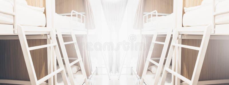 Szerocy dormitoriów łóżka wśrodku schronisko pokoju dla turystów lub uczni zamazywali tło sztandar zdjęcia royalty free