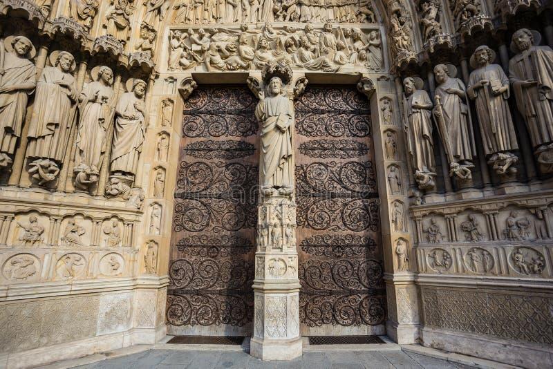 Szeroka kąt fotografia entrace bramy Notre Damae katedra w Paryż, Francja zdjęcia royalty free
