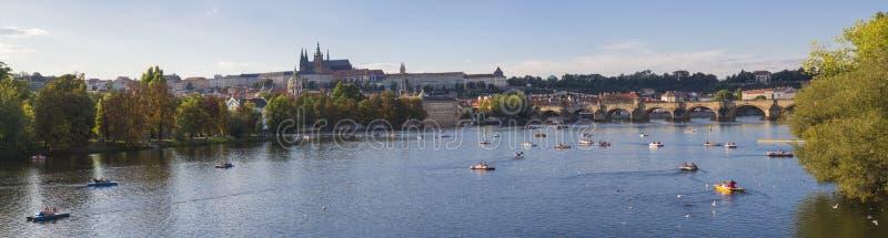 Szeroka panorama Charles most nad Vltava rzeką i katedra Gradchany, Praga kasztelu i St Vitus, Republika Czech, panoramiczny zdjęcia royalty free