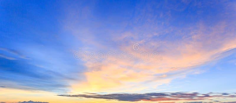 Szeroka panorama zmierzchu niebo z chmurami i światłem słonecznym nad morzem dla twój pomysłu sieć chodnikowiec fotografia royalty free