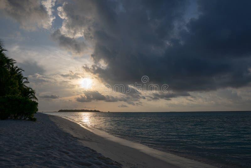 Szeroka piaskowata pla?a na tropikalnej wyspie w Maldives fotografia royalty free