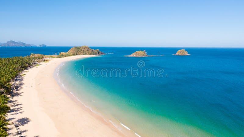 Szeroka plaża tropikalna z białym piaskiem i małymi wyspami, widok z góry obraz stock