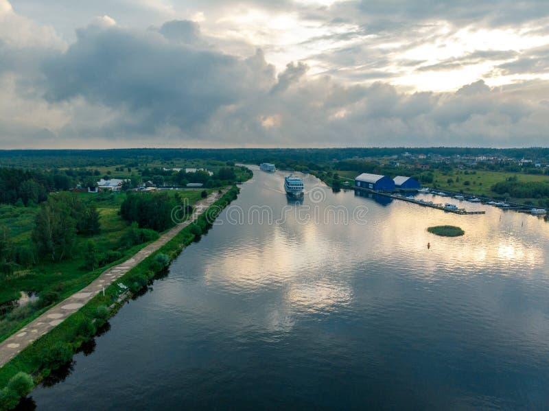 Szeroka rzeka odbija chmury statek rusza się w kierunku obraz royalty free