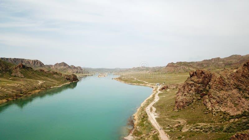 Szeroka rzeka wśród zielonego jaru Wielcy zieleni wzgórza i step obrazy royalty free