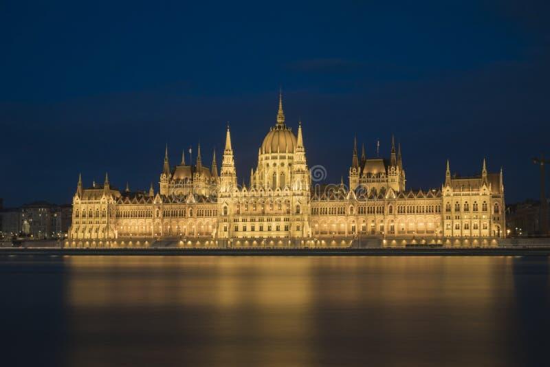 Szeroki ładunek elektrostatyczny strzelał Węgierski parlament przy nocą fotografia royalty free