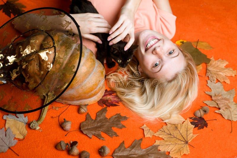Szeroki Halloween przyjęcia sztuki projekt Zakończenie portret wspaniałej szczęśliwej blondynki czarodziejski enchantress, zakryw obraz royalty free