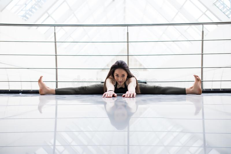 szeroki kąt Sadzający Przedni chył Atrakcyjnej młodej sprawności fizycznej wzorcowy ćwiczyć w gym sala fotografia stock