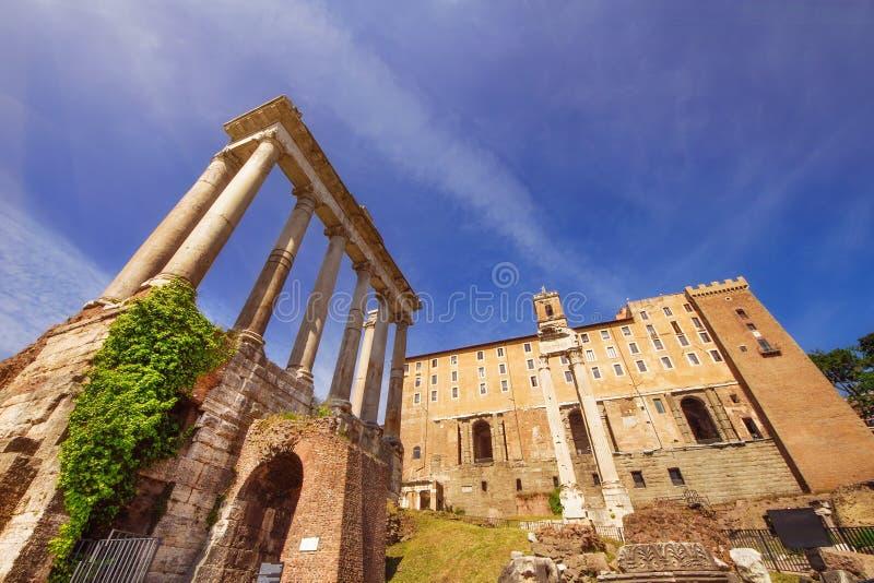 Szeroki kąt strzelał świątynia Saturn i Tabularium budynek w Romańskim forum fotografia royalty free