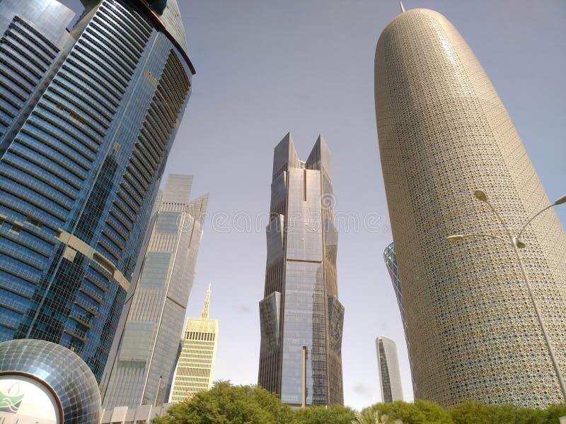 Szeroki kąt Strzelał Nowożytni Błękitni Wysocy drapacz chmur w Doha mieście, Środkowy Wschód zdjęcia stock