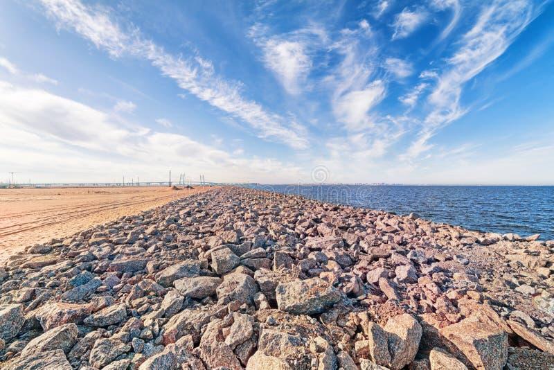 Szeroki kąta dennego wybrzeża przemysłowy krajobraz z linia horyzontu w Świątobliwym Petersburg, Rosja fotografia stock