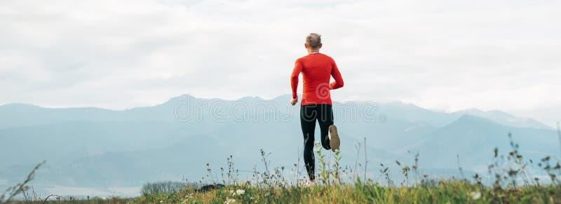Szeroki kąta krótkopęd mężczyzna ubierał w czerwień długiego rękawa koszulowych bieg obrazy royalty free