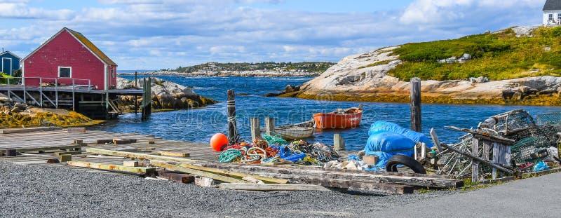 Szeroki kąta krajobraz homarów rybaków ` s Kolorowi gruzy na molu obrazy stock