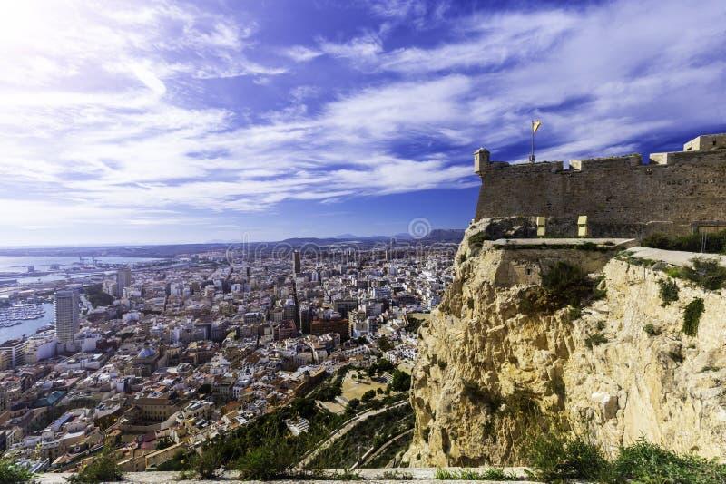 Szeroki kąta widok Alicante, Hiszpania od kasztelu Santa Barbara Panoramiczny widok plaża, miasto i schronienie Postiguet, Miesza zdjęcia stock