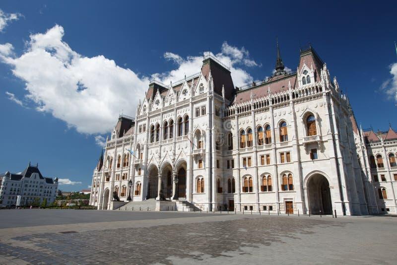 Szeroki kąta widok inna strona Węgierski parlamentu buil zdjęcia stock