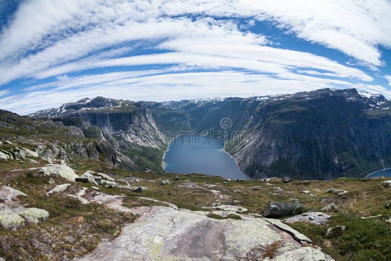 Szeroki k?ta widok krajobraz z g?rami i jeziorem Norweski fjord Malowniczy widok od droga przemian Trolltunga przyci?ganie zdjęcia royalty free