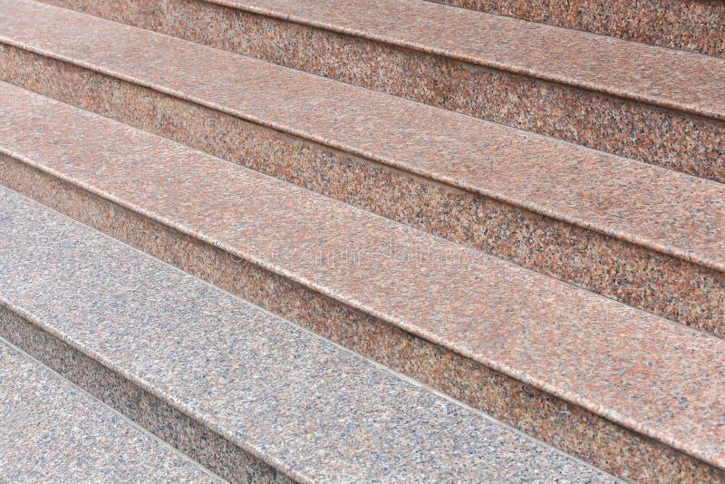 Szeroki kamienny schody szarość i menchie wykładamy marmurem obrazy stock