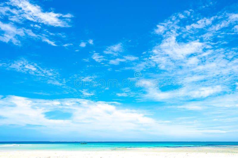 Szeroki niebo z chmurami nad turkusowym morzem, Fiji obrazy royalty free