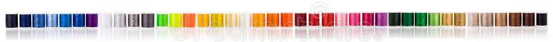 Szeroki panorama sztandar z wiele kolorowymi szwalnymi cottons barwi tło fotografia royalty free