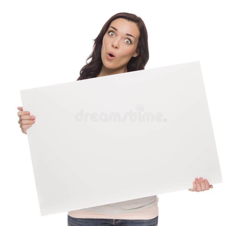 Szeroki Przyglądający się Mieszany Biegowy Żeński mienia pustego miejsca znak na bielu fotografia stock
