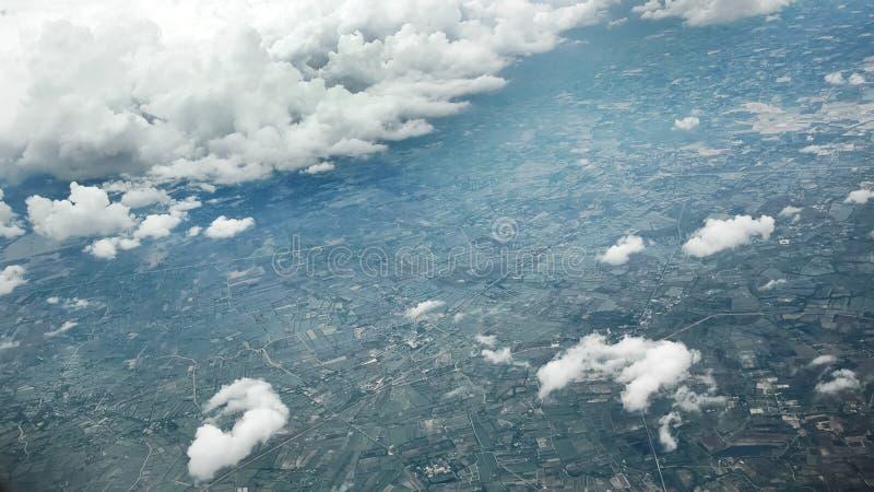 Szeroki ptasiego oka widok miasto od płaskiego okno zdjęcie royalty free