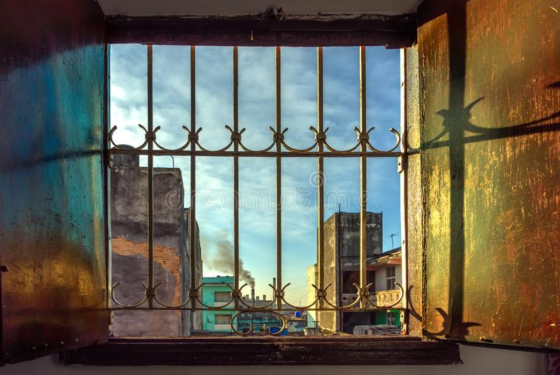 Szeroki rozpieczętowany drewniany okno w jasnego, ranku świat z błękitnym obraz stock