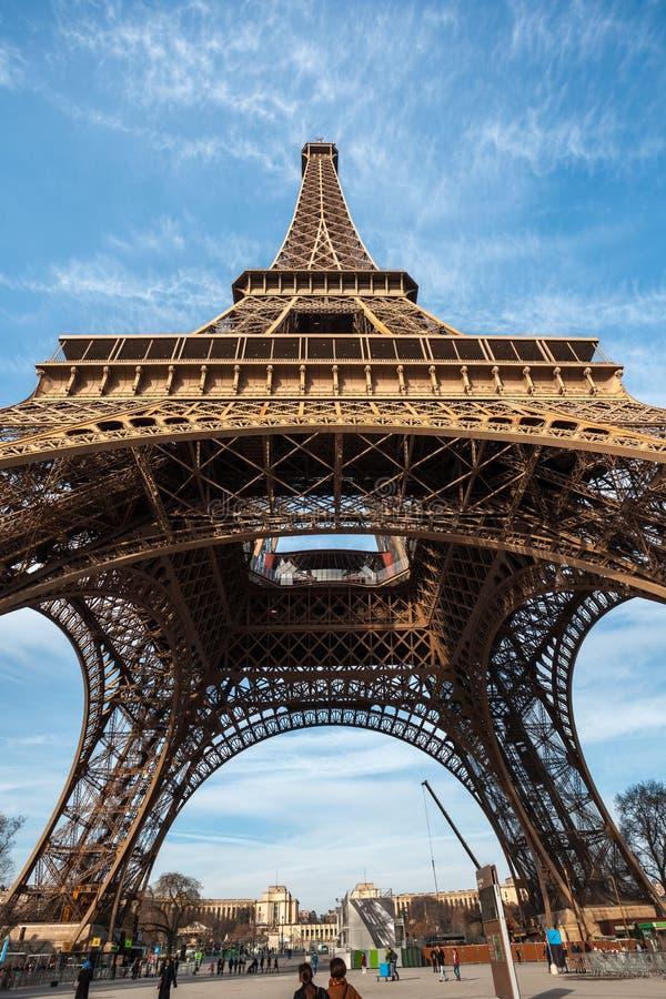 Szeroki strzał wieża eifla z niebieskim niebem w Paryż zdjęcie royalty free