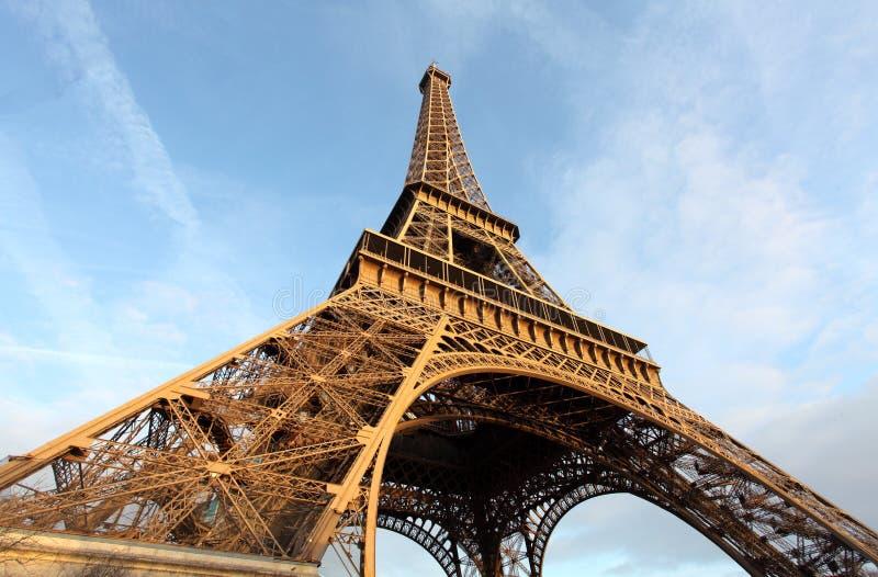 Szeroki strzał wieża eifla z dramatycznym niebem, Paryż, Francja obraz royalty free