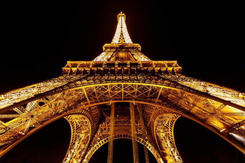 Szeroki widok Iluminujący w nocy wieża eifla, Paryż, frank zdjęcia royalty free
