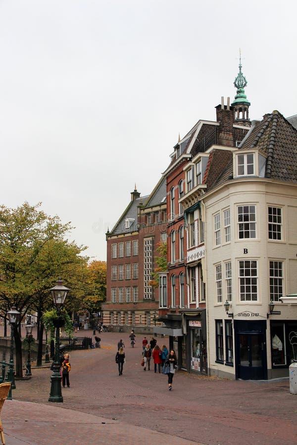 Szeroki widok na starych imponuje budynkach wzdłuż footpath w Leiden Holland południowych holandiach obraz stock
