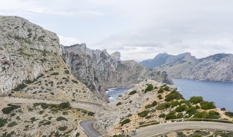 Szeroki widok przylądka Formentor punkt widzenia z zamazanymi turystami i zdjęcie stock