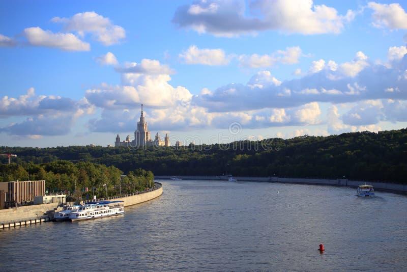 Szeroki widok rzeka deponuje pieniądze z Uniwersyteckim drapacz chmur obrazy royalty free