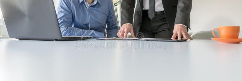 Szeroki widoku wizerunek dwa biznesowy mężczyzna pracuje wpólnie fotografia stock