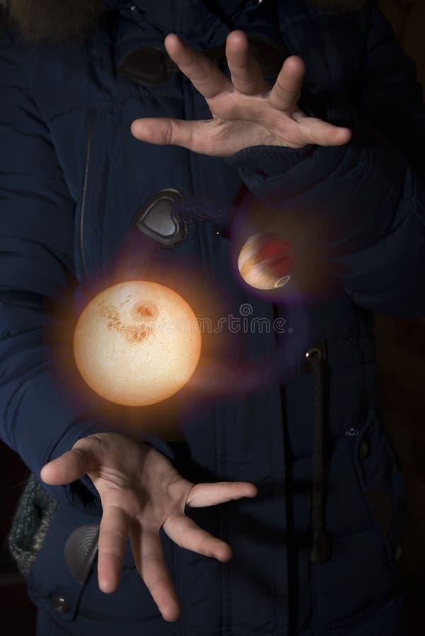 Szeroki wszechświat w rękach dziecko Elementy ten imago zdjęcie royalty free
