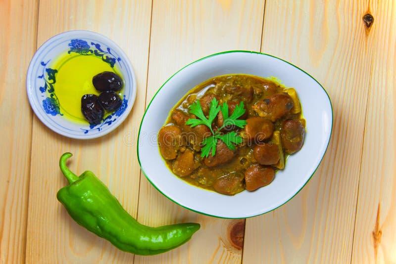 Szerokich fasoli posiłek z zielonym chili pieprzem i czarnym oliwa z oliwek na drewnianym tle zdjęcie royalty free