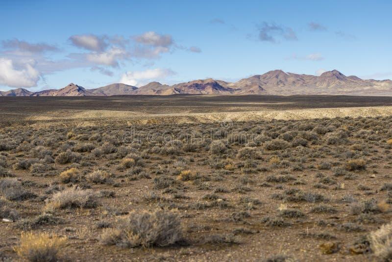 Szeroko otwarty pusty pustynia krajobraz w Nevada podczas zimy z niebieskimi niebami i chmurami zdjęcie stock