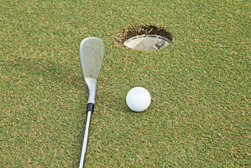 Szeroko pole golfowe w bardzo ładnym dniu w lecie obraz royalty free